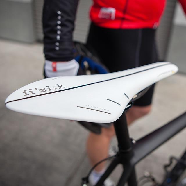 white fi'zi:k arione bike seat with black line